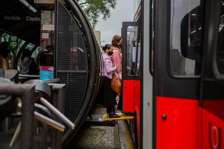 Curitiba poderá multar concessionárias por ônibus lotados durante pandemia