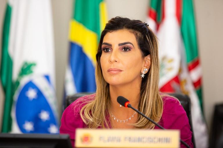 De alta da UTI, vereadores desejam plena recuperação a Flávia Francischini