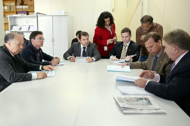 Economia debate plano de carreira do magistério municipal