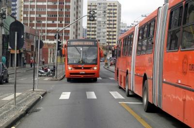Ônibus biarticulado na canaleta - Anderson Tozato/CMC