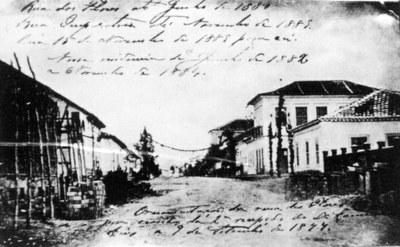 Batizada inicialmente de Rua das Flores, a rua XV de Novembro ganhou nome de Rua da Imperatriz em 1880, em uma homenagem à visita da família real a Curitiba. A mudança para o nome atual aconteceu com a proclamação da república, em 1889, quando não mais se achou motivo para continuar homenageando a realeza.(Foto – Acervo Casa da Memória)