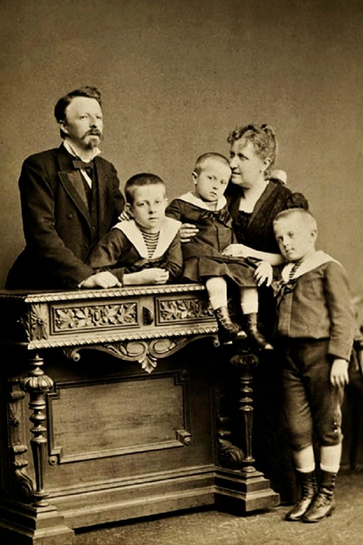 Da esquerda para a direita, Conde d'Eu (Gaston), Pedro, Antonio, Isabel e Luís, em 1885. (Foto: Alberto Henschel - De Volta a Luz: Fotografias Nunca Vistas do Imperador. Instituto Cultural Banco Santos, 2003)