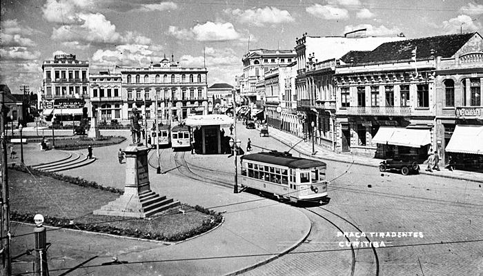Estação do bonde elétrico na praça Tiradentes na década de 1950. (Foto – Acervo Casa da Memória)