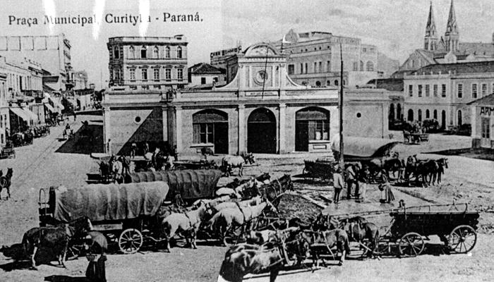 O mercado municipal, ainda na praça Generoso Marques, cercado de carroças em 1900. (Foto – Acervo Casa da Memória)