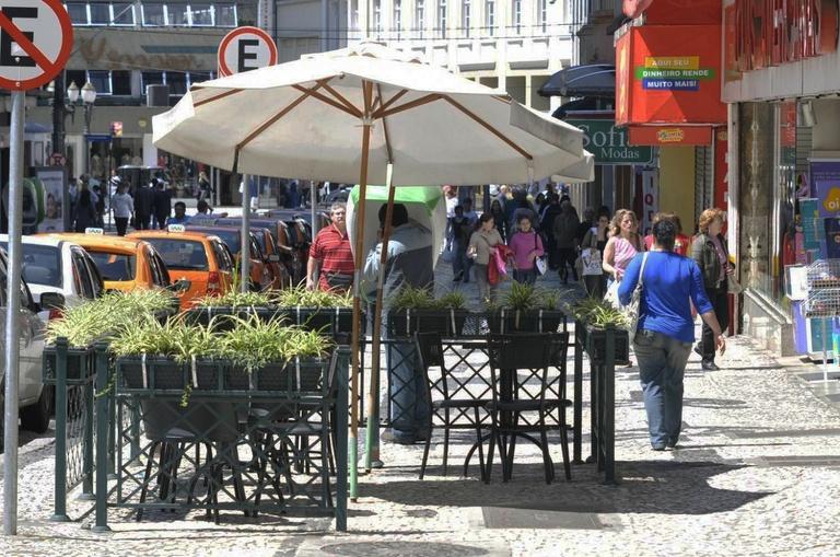 Na terça, CMC vota regras para exploração comercial das calçadas em Curitiba