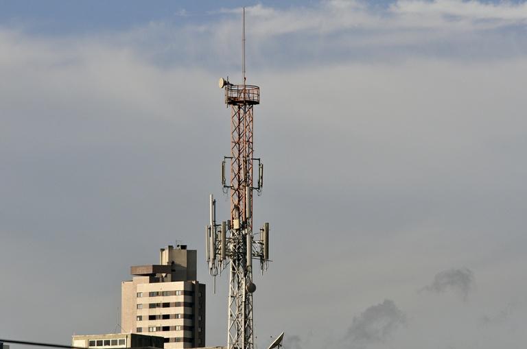 Plenário analisa instalação de antenas para telefonia móvel