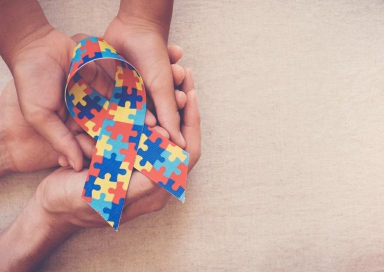 Projeto quer símbolo do autismo em banheiros-família de shoppings