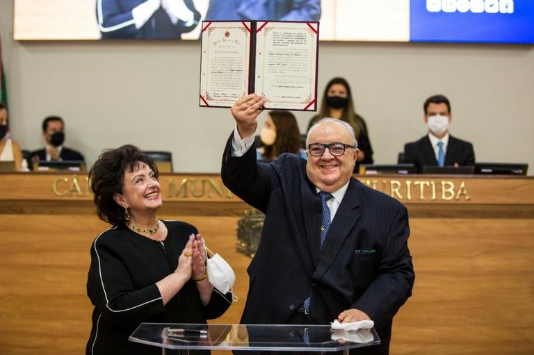 Rafael Greca é empossado e inicia 3º mandato como prefeito de Curitiba